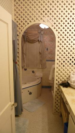 Avenue O Bed and Breakfast: Bathroom with tub in South Pacific Room