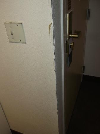 Four Points by Sheraton Peoria Downtown: Dirty wall plate and bad plaster repair
