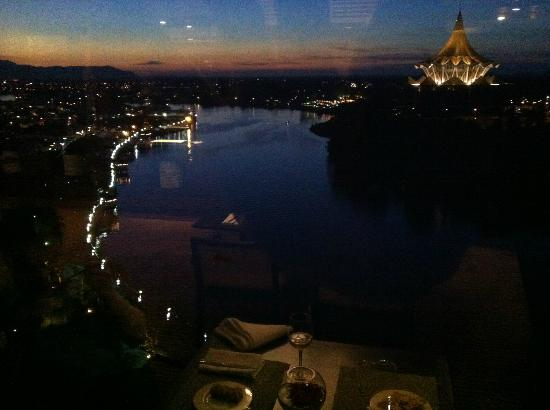 Hilton Kuching: Evening drinks and canapés in the Executive Lounge