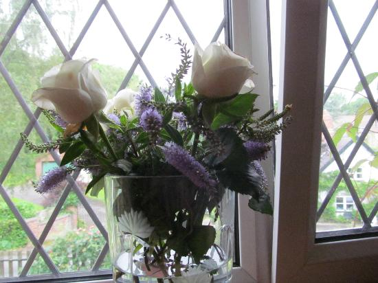 Chirk, UK: Fresh garden flowers in room