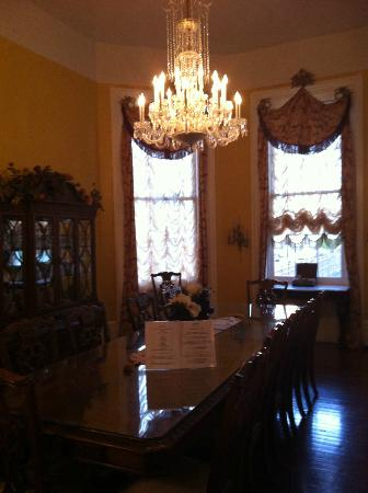 Magnolia Mansion: Dining room.
