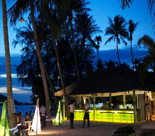 Lime n Soda Beach Front Resort: Bar on The beach