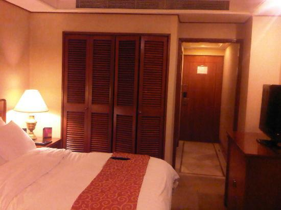 Richmonde Hotel Ortigas: Closet and entrance
