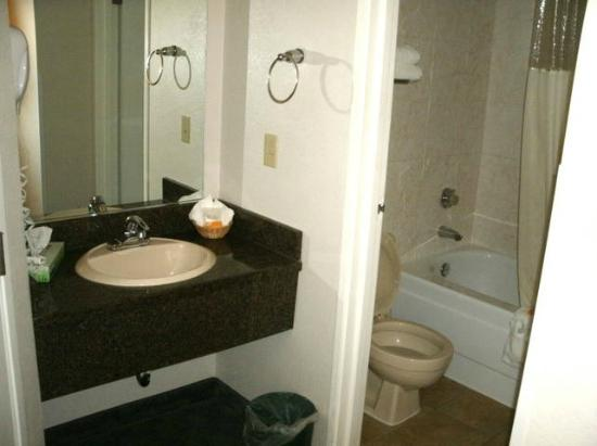 La Quinta Inn Everett: small bathroom