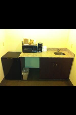 Comfort Suites: clean kitchenettes