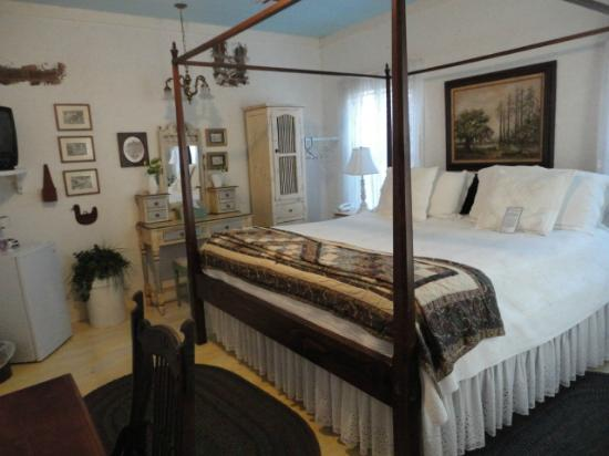 T'Frere's Bed & Breakfast: our cottage room ....the Bouree room