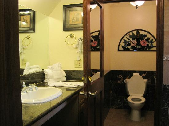 Solvang Gardens: Bathroom
