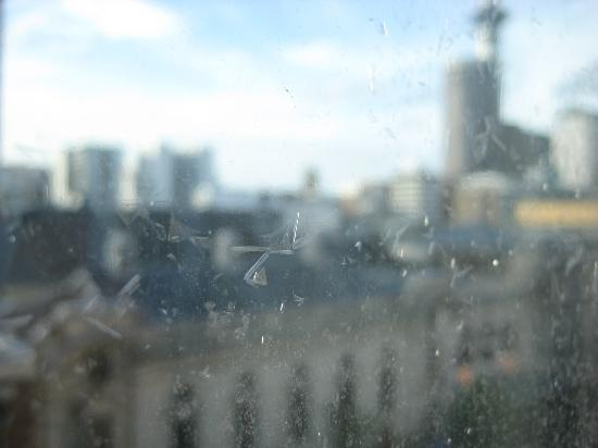 Scenic Hotel Auckland: Peeling film on windows