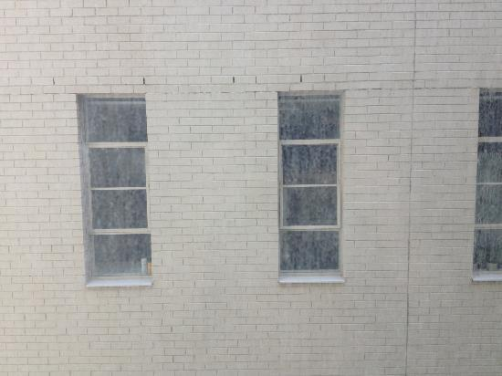 Causeway 353 Hotel : view from hotel room and dirty window
