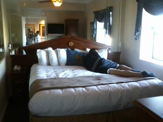 Westgate Palace: Queen size bed. Very comfortable.
