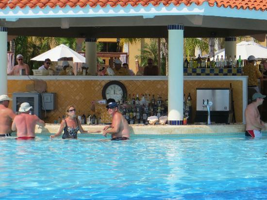 Secrets Capri Riviera Cancun: Swim up bar