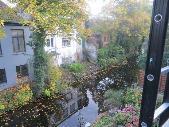 Huis Koning: canal in back of house