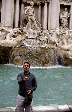 Hotel Regno: Throwing a coin in the nearby Trevi Fountain
