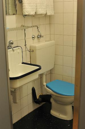 Jailhotel Loewengraben: Toilet / Washbasin in Unplugged room