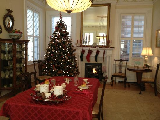 Maury Place at Monument: Breakfast in the dining room
