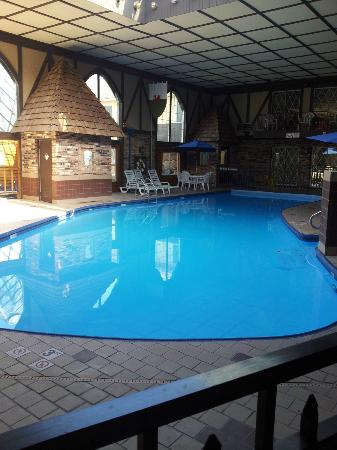 BEST WESTERN Cantebury Inn &amp; Suites: The huge swimming pool