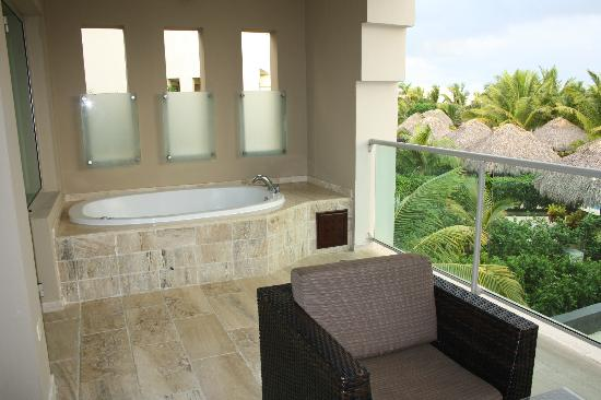 The Reserve at Paradisus Palma Real: Jacuzzi bath on patio