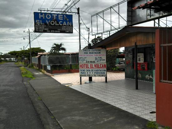 Hotel El Volcan: First view from the street