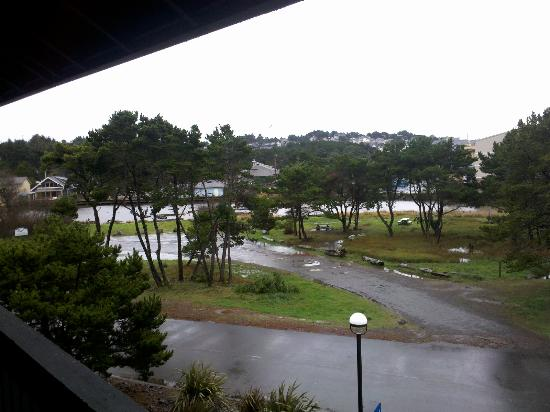 Comfort Inn and Suites Lincoln City: WORLDS SMALLEST RIVER FROM ROOM/BALCONY