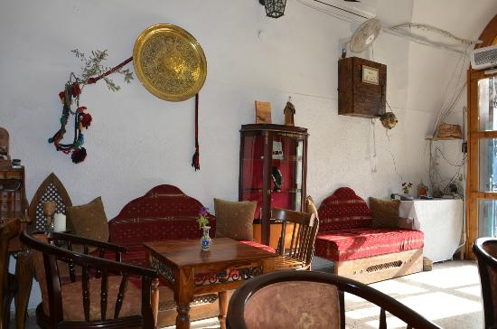 Al-Mutran Guest House: The main hall/lounge area on the ground floor...