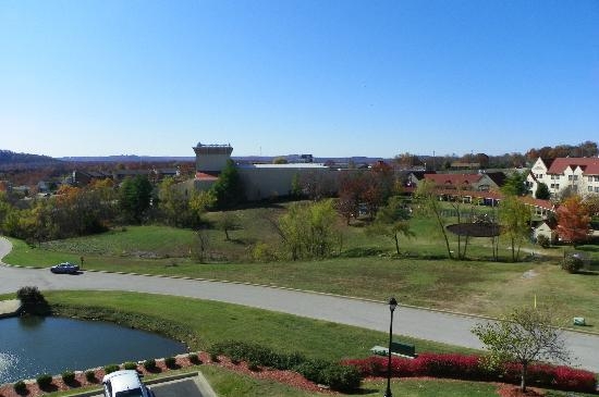 Welk Resort Branson: view of the Welk resort theater and grounds