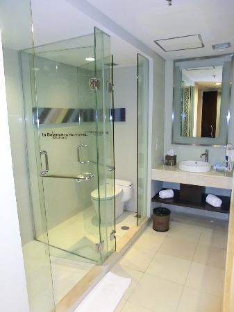 Novotel Manado Golf Resort & Convention Centre: Clean bathroom