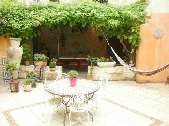 Le Clos du Rempart: Courtyard with breakfast nook in backround