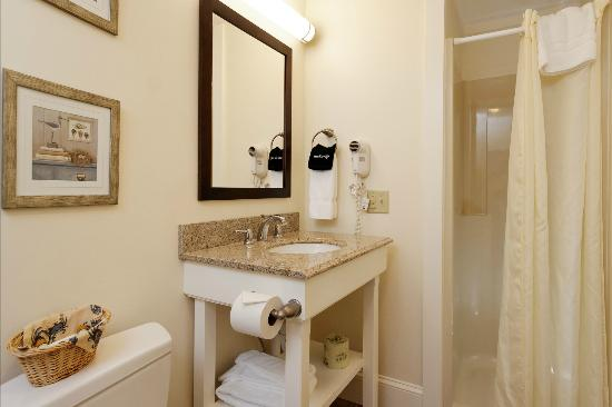 Glen Cove Inn & Suites: All Rooms have Private Baths
