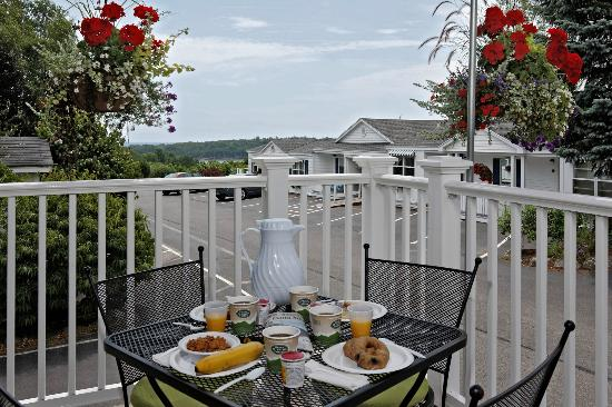 Glen Cove Inn & Suites: Free Continental Breakfast
