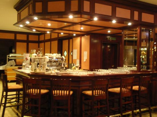 Exquisit Hotel: The bar at the dining area.  They also served coffee/tea from here.