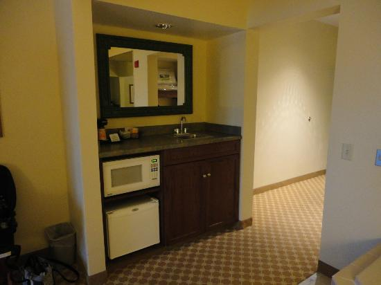 Country Inn & Suites By Carlson, Gettysburg: Sink/Fridge/ Microwave