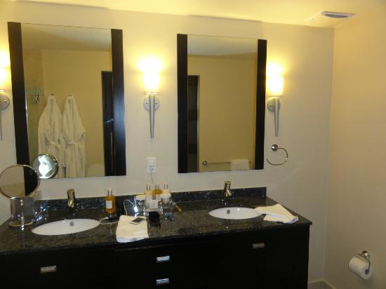 Ocean Two Resort & Residences: Bathroom