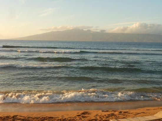 Aston Kaanapali Shores: View of Molokai from the beach front