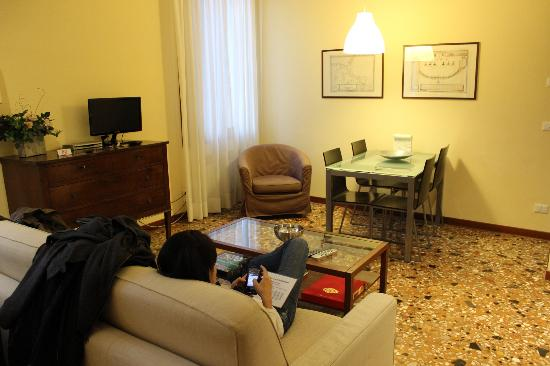 Residenza Ca'Foscolo: Very spacious living and dining room.