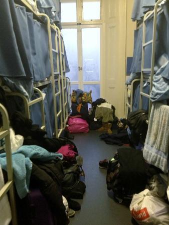 Smart Hyde Park Inn Hostel: rooms are seriously cramped with zero space for luggage