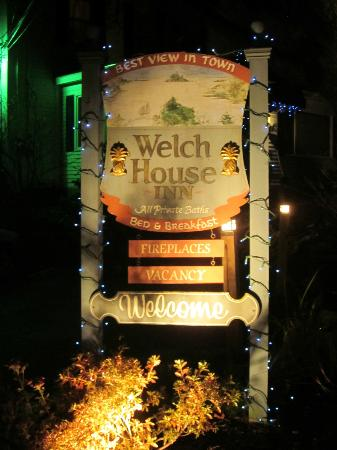 Welch House Inn Bed and Breakfast: Evening enterance way