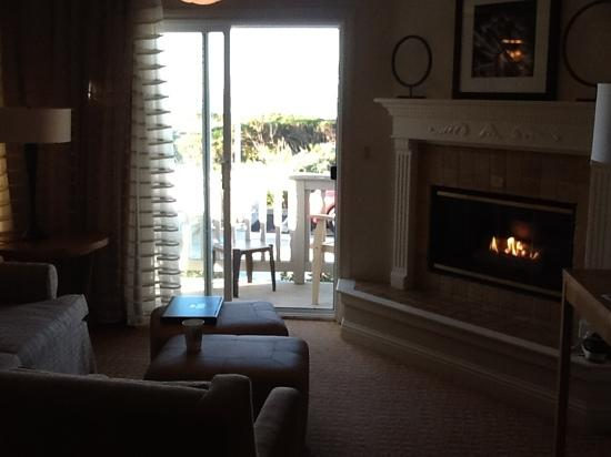 Pelican Inn &amp; Suites: sitting area &amp; fireplace.