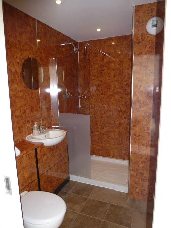 Great Western Hotel Aberdeen: Refurbished shower room