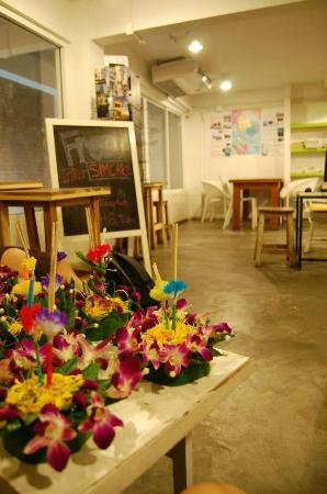 HQ hostel Bangkok: Kratongs in the living room