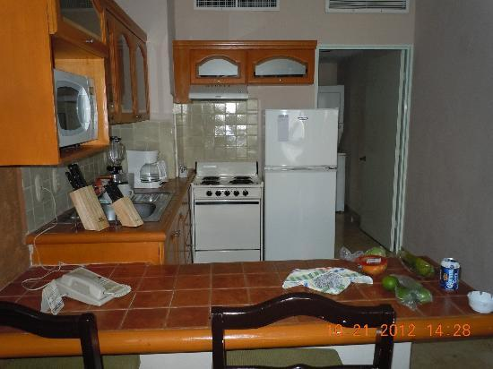 Villa del Palmar Beach Resort & Spa: Full kitchen. Fridge full of left overs from meals at the resturants on site.  They wrap your pl