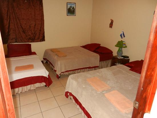 Art Hotel Managua: Room with 2 doubles and a single