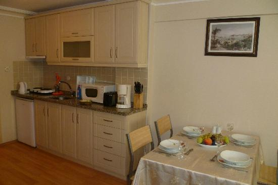 Ekim Apartments: Kitchen