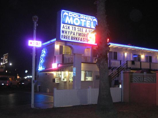Dolphin Motel: A nighttime view!