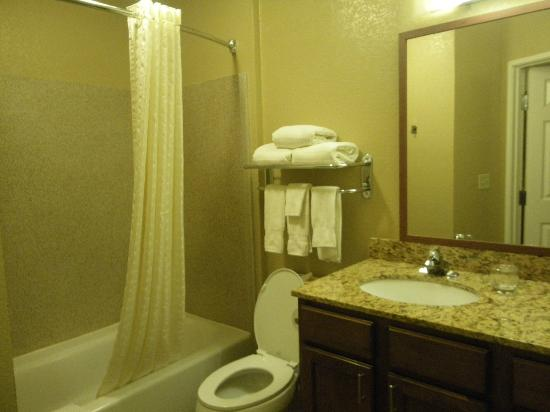 Candlewood Suites Turlock : clean bathroom