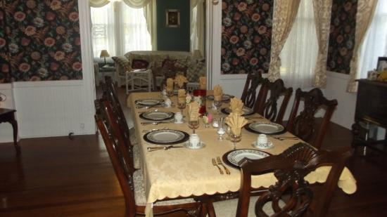 Coastal Dreams Bed & Breakfast: The dining room was gorgeous with attractive china.