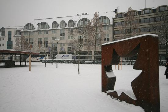 Hilton Mainz City: Front of the hotel from the park opposite in the snow