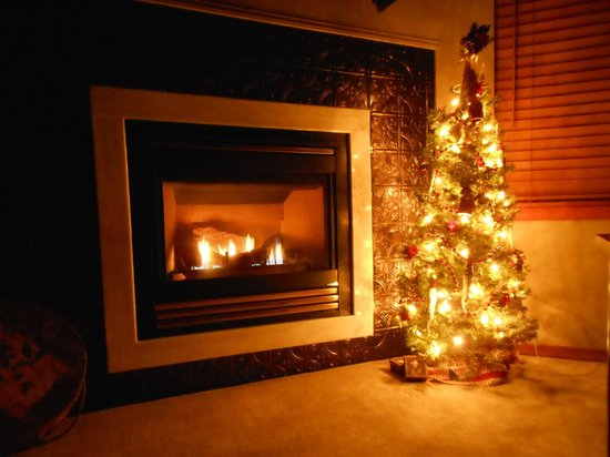 All Seasons River Inn: The little Christmas tree next to the fireplace in the Enchantment Suite