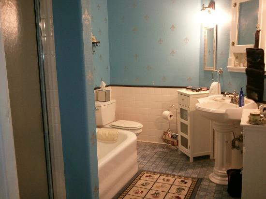 Inn at Woodward Park B&amp;B: Big bathroom with cast iron tub &amp; also a shower