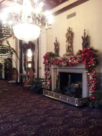 The St. Anthony, a Luxury Collection Hotel, San Antonio: Lobby decorated from Christmas
