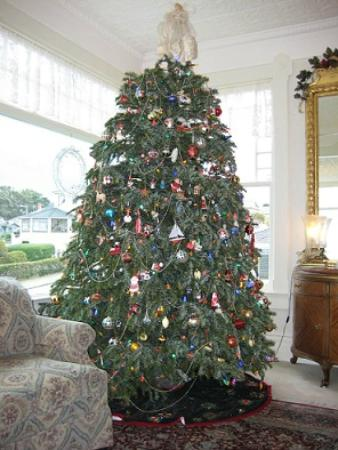 Seven Gables Inn: Christmas Tree in Main Parlor